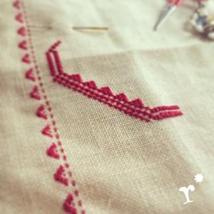 赤糸のクロスステッチ
